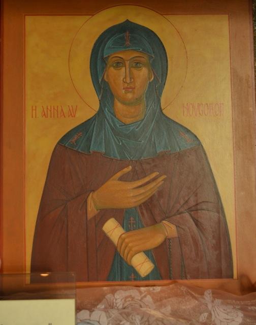 I nischen mittemot står nu denna ikon av sankta Anna. Kanske fanns där heliga bilder även förr?