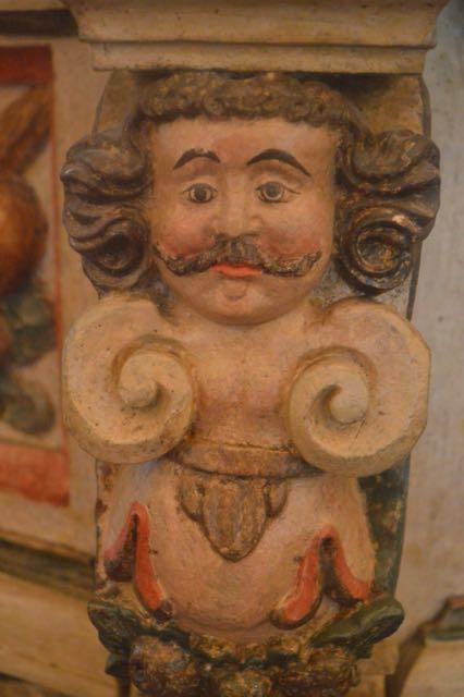 Lustig detalj på predikstolen. En ängel? Vilde? Ovanligt med mustasch i vilket fall?