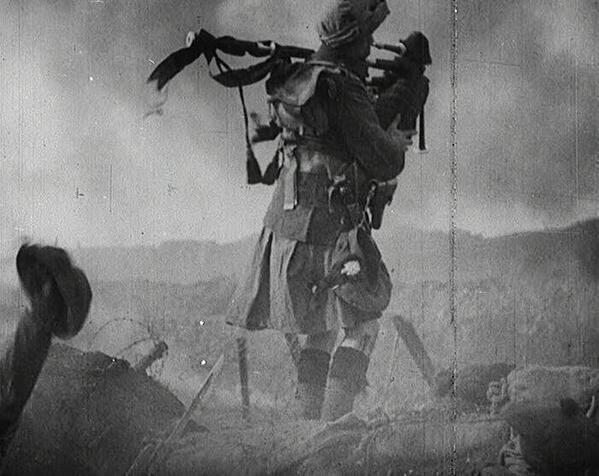 Rätt ovana toner. Denne säckpipsblåsare blåser till strid under första världskriget.