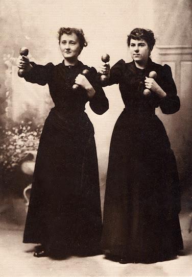 Tränande kvinnor från förr. Andlig träning har inte mycket med muskelmassa att göra dock.