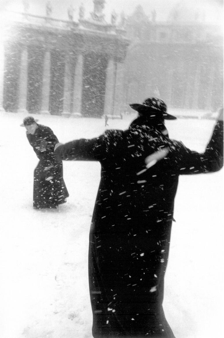 Katolska präster i snöbollskrig. Är det här också viktigt för att mogna?