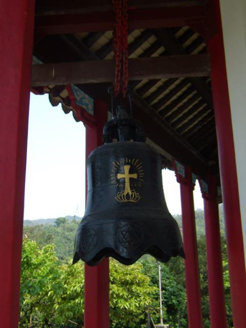 En buddhistisk kyrkklocka! Notera symbolen med korset som står i lotusblomman, planterat i den buddhistiska kulturen!