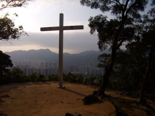 Ett kors sträcker sina armar över Hong-Kong i morgonljuset!