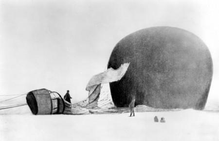 Polarfararnas ballong har landat på isen. Deras vägar är förenade nu. Bortsett från det dystra kanske ändå en bild av kärleken?