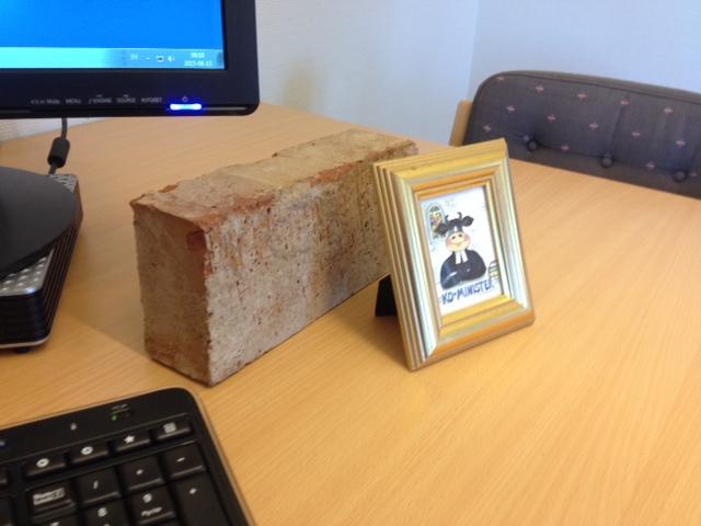 På mitt nya skrivbord. Kobild och tegelsten.