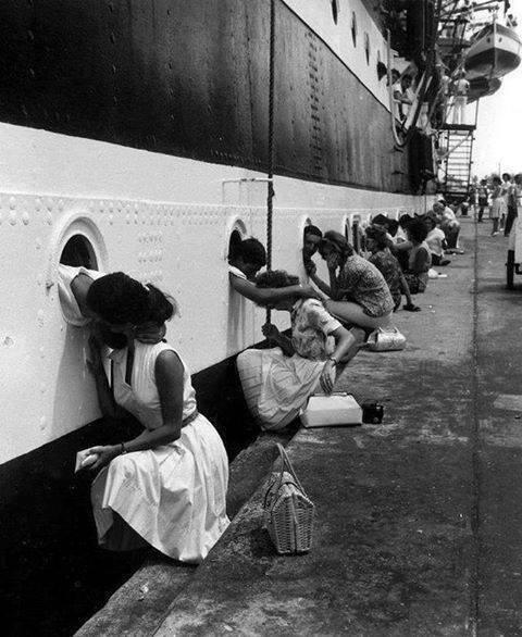 Hur ska det bli med troheten? En lång rad sjömän kysser sina flickvänner och tar avsked för att gå till sjöss.