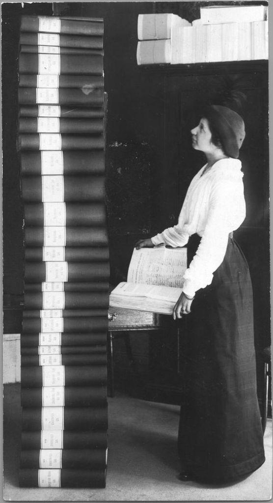 Jag tror att den här bilden föreställer författaren Elin Wägner med en JÄTTESTOR mängd namn som samlats in i namninsamling för kvinnlig rösträtt.