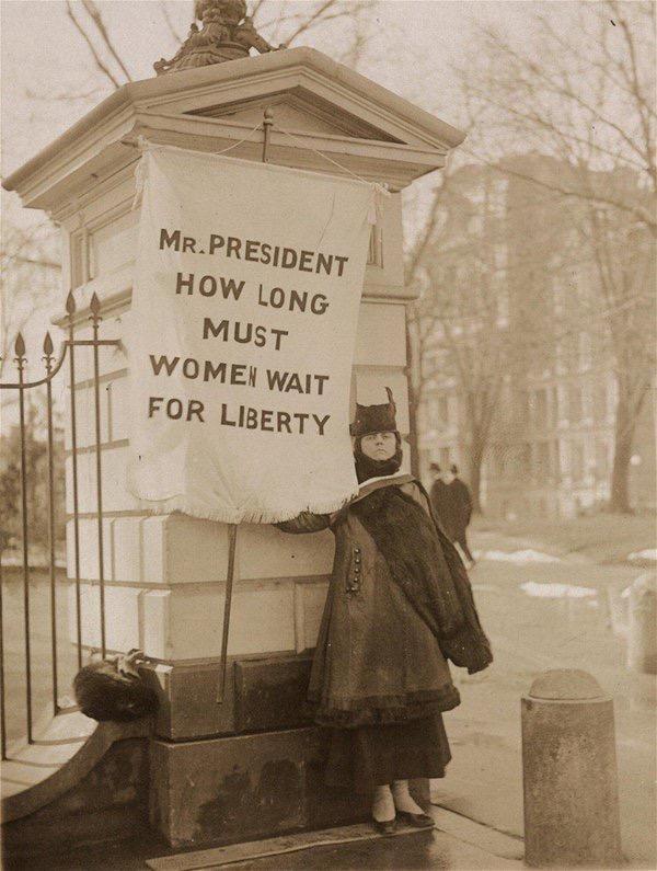 Enhet utan försoning är omöjligt. Här en gammal suffragett som kämpar för sina rättigheter.