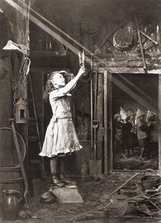 Flicka som fångar en solstråle med sin sax. Kanske en bra bild av att lyssna i tro?