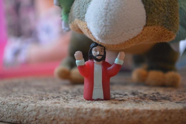 Jesus under nosen på en stor och mjuk triceratops.