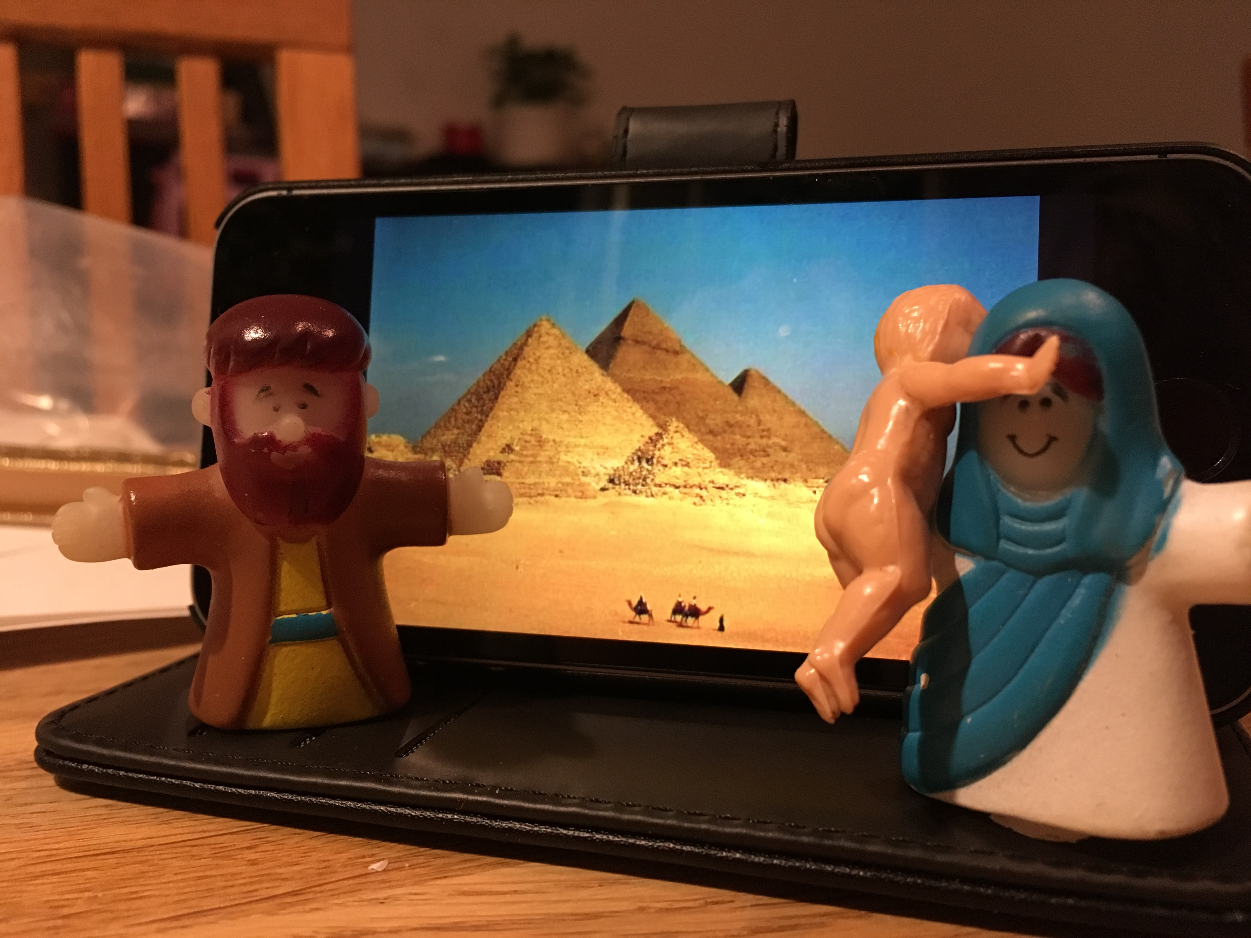 Josef och Maria och det (ganska stora) Jesusbarnet har fått fly till Egypten för att komma undan Herodes!