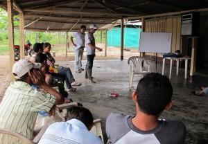 Guillermo Murcia är expert på minor. Här visar han invånarna i byn Caracoles vad man ska göra om man hittar en mina. Foto: Martin Sjögren