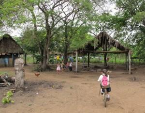 Barn i byn Caracoles där ACT-alliansen utbildat människorna i hur de ska hantera minor. Foto: Martin Sjögren