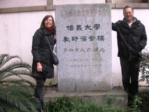 Gunnel och Per-Martin framför minnesstenen som står vid skolan. Inskriften på baksidan berättar att denna byggnad tillhört ett college som en gång grundades av svensk mission.