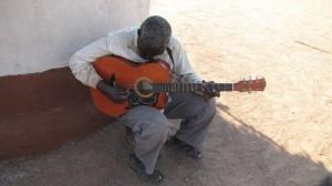 """Sithembinkosis namn betyder """"lita på Gud"""". Han sjunger gärna till sin gitarr."""