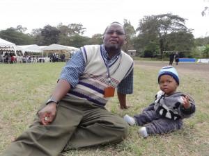 Brown Emmanuel är verksam inom den evangeliskt lutherska kyrkan i Tanzania och firar kyrkans jubileum i sällskap med sin son Browell Brown, 10 månader, Arusha juni 2013. Foto Sven-Erik Fjellström