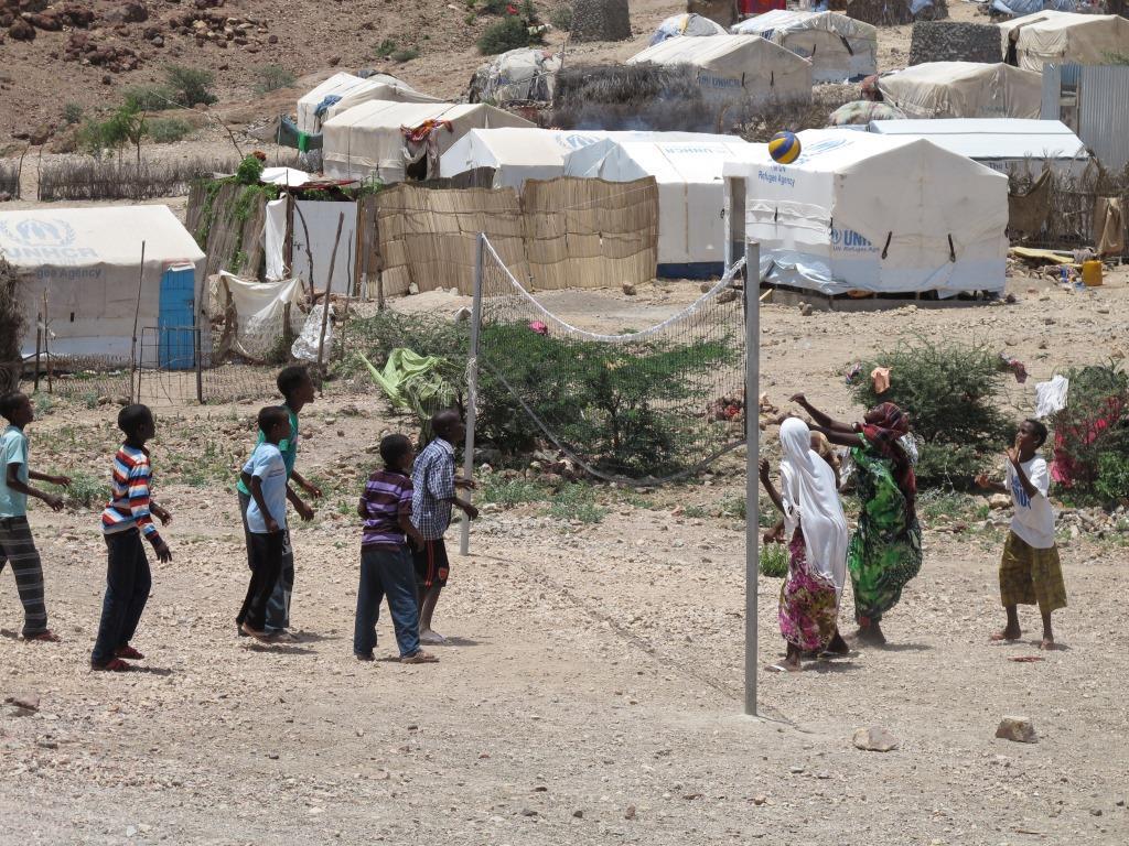 Flickor och pojkar spelar handboll. Foto: Ann Jonsson