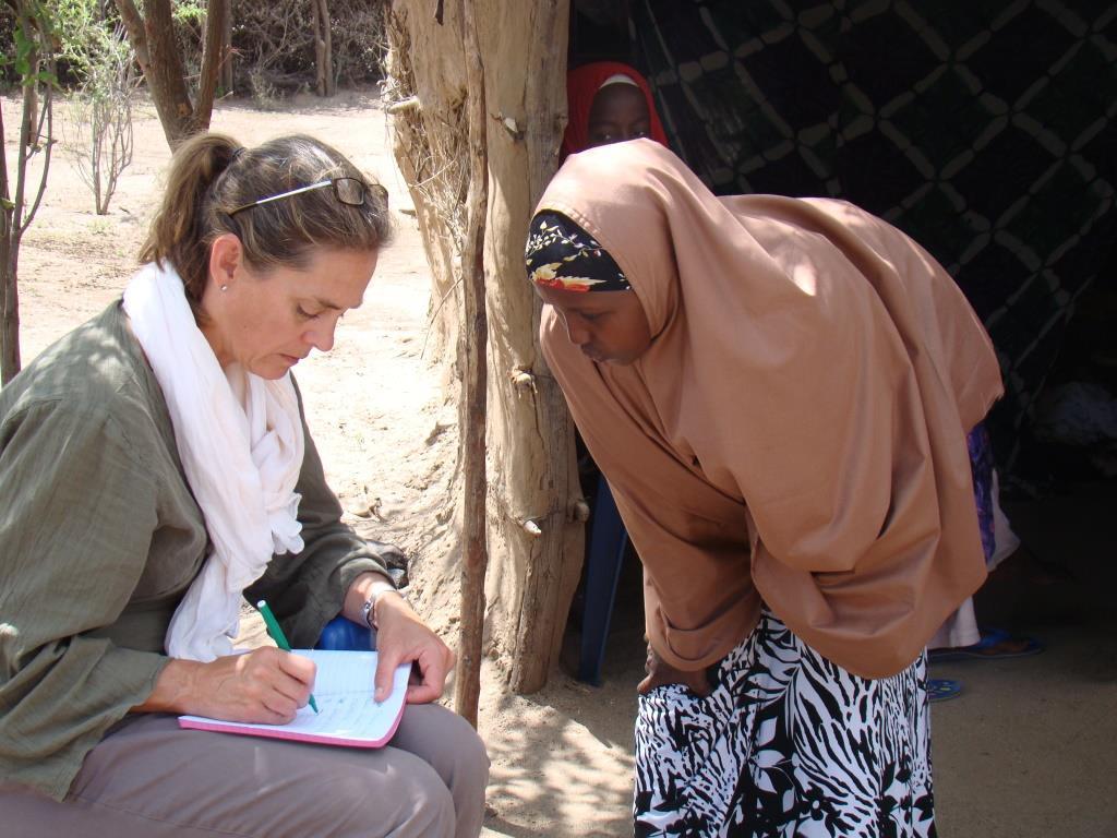 Marika Griehsel, journalist och regissör, intervjuar Deeqa i flyktinglägret Kakuma, Kenya. Foto: Anders Kronborg
