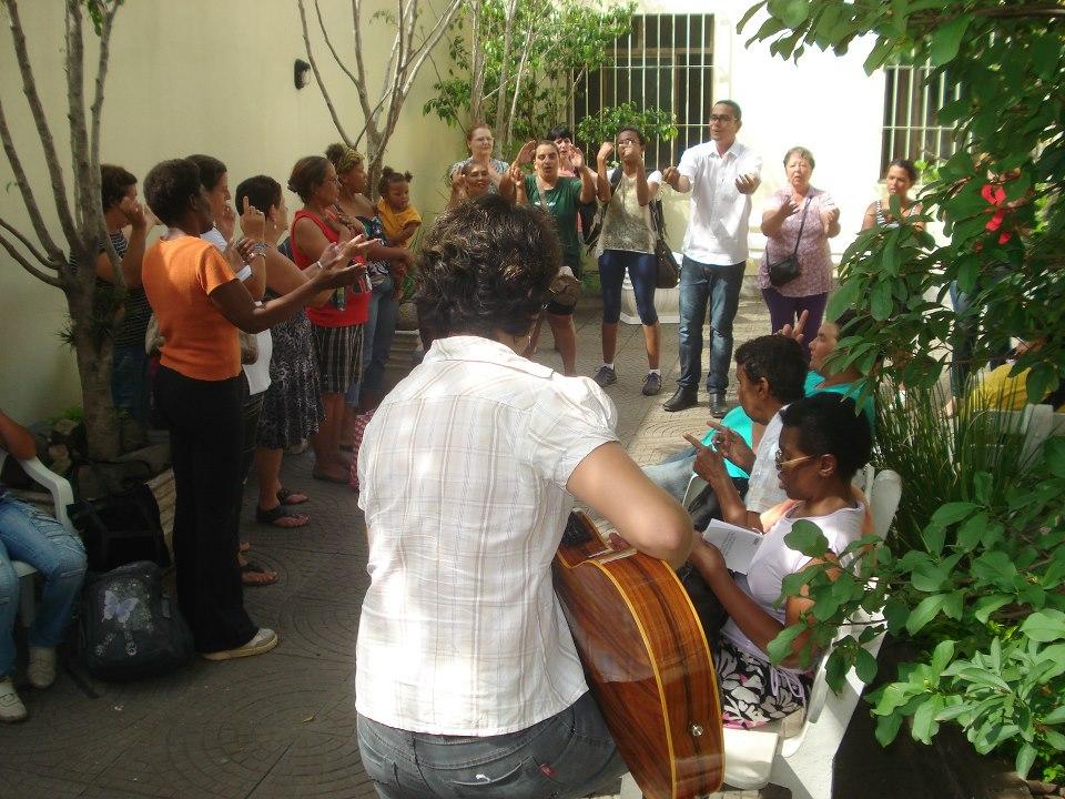 Mötena på Casa Fonte Colombo är ett andrum där stunder för musik och lek är lika viktiga som tid för samtal och reflektion.