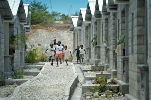"""Barn springer längs med en av gångvägarna genom """"Model village"""" - modellbyn som Lutherska världsförbundet har byggt med stöd från Svenska kyrkan. Foto: Paul Jeffrey/IKON"""