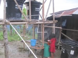 Ställningarna till vattentankarna byggdes i trä och varje tank rymmer 500 liter. Det täcker hushållsbehovet för en familj. Foto: LWF Colombia