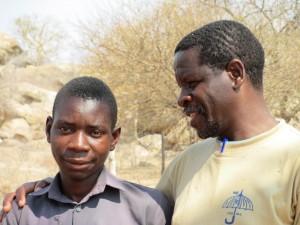 """Tawanda Mpofu kallas i området där han bor för """"mirakelpojken"""" för att han har fått nytt liv trots att han har hiv. Från att tidigare ha varit rullstolsbunden kan han nu både gå och springa tack vare sjukgymnastik och bromsmediciner som han fått genom Thusanangprojektet. Här är Tawanda tillsammans med G Dube, Field officer för Thusanang. Foto: Agneta Jürisoo"""