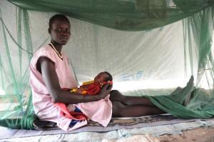 Fyrabarnsmamman Nyahok hade vandrat i två månader när hon äntligen kom till Etiopien. Hennes yngsta barn, bara två månader, lider av diarré. Foto: Christof Krackhardt/BftW/ACT