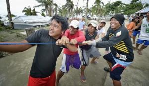 Män fäller kokospalm, ön Jinamoc.