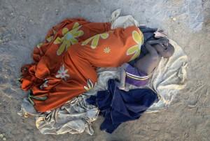 Nyligen anlända internflyktingar sover på marken i lägret Manangui, Sydsudan. ACT-alliansen stödjer flyktingfamiljerna och de boende i området. Foto: ACT/Paul Jeffrey