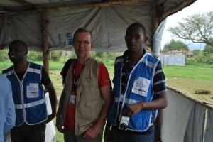 Andrew (Acting Team Leader för LWF i Adjumani), Hans (psykosocial expert) och Jona (LWF:s byggnadsingenjör) i mottagningslägret Nyumanzi. Foto: LWF