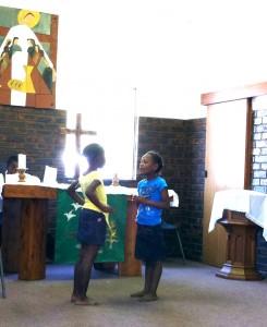 Barnen har föreställning i gudstjänsten i Eastwoods församling i Pietermaritzburg. Foto Kristina Göranzon