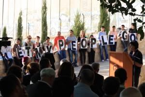 Bönen illustrerades under kvällen i Betlehem av Arab Educational Institute med god hjälp av deltagare ur Ekumeniska följeslagarprogrammet. I bakgrunden ses separationsmuren. Foto: Anna Hjälm