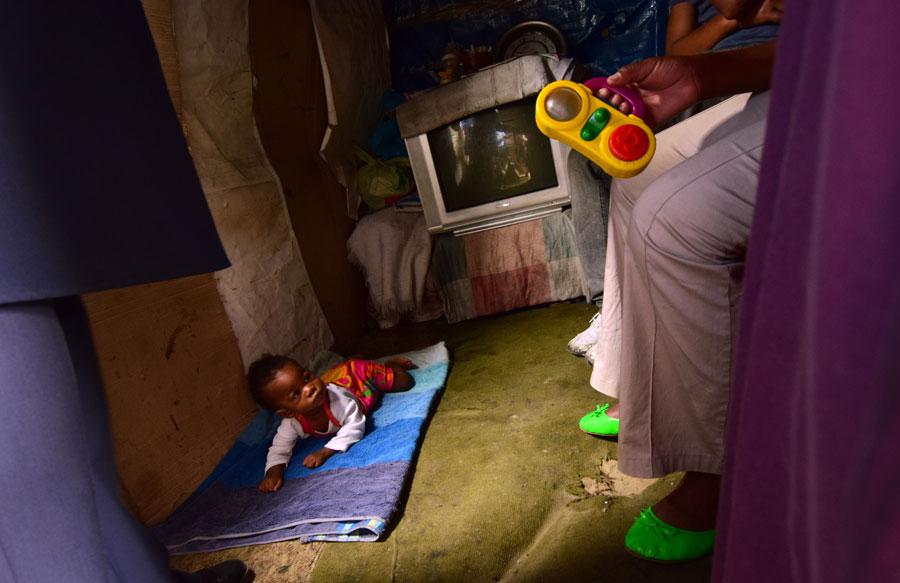 Asawela, 9 månader, kryper ännu inte och är därför trygg på sin lilla matta på golvet i familjens enda sovrum. Foto: Eva Almqvist