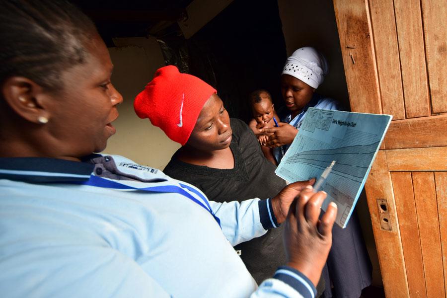 Sindiswa Govuza (tv) är koordinator för mentormamman Sibongile Menai (th). Här besöker de Babalwa Gabula och hennes för tidigt födda dotter Aphiwe, 4 månader. Viktkurvan börjar äntligen gå uppåt. Foto: Ewa Almqvist