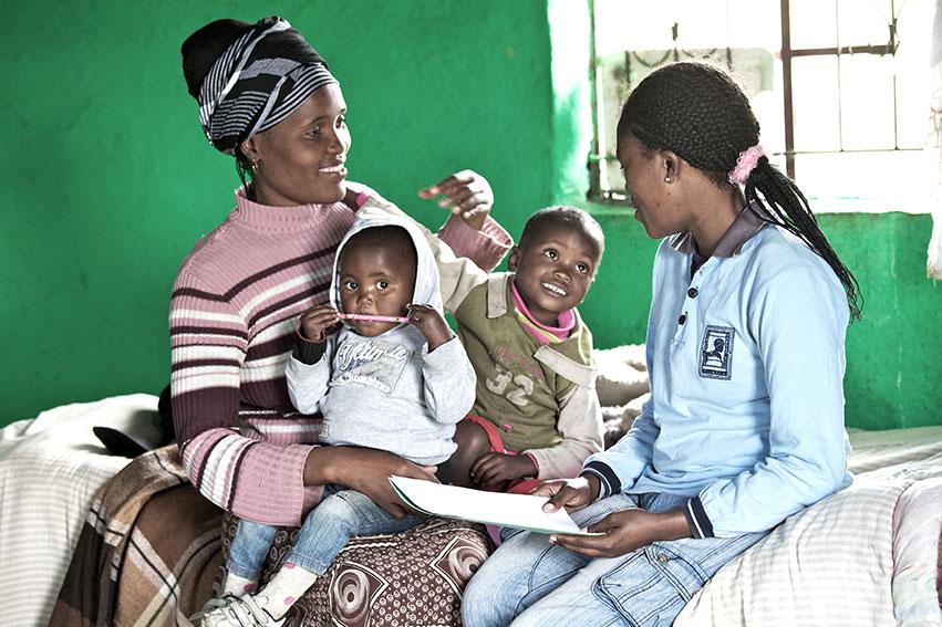 Risken att hiv-smitts överförs från mamma till barn går att minska från 20 till runt 1 procent, om mammans hiv är under kontroll under graviditet och förlossning, och om barnet skyddas med bromsmediciner och amning. Foto: Simon Stanford