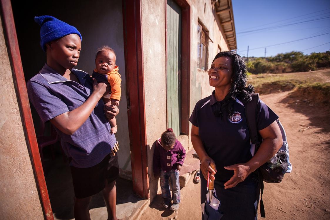 Mentormamma Thandi Nzima besöker Louisa Mangi Philisile, 15 år och hennes förstfödda son Thembinkosi Mavimbela som är 15 veckor. Foto: Simon Stanford /IKON