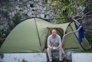 Tomas Brundin framför sitt tält i Port-au-Prince i januari 2010.