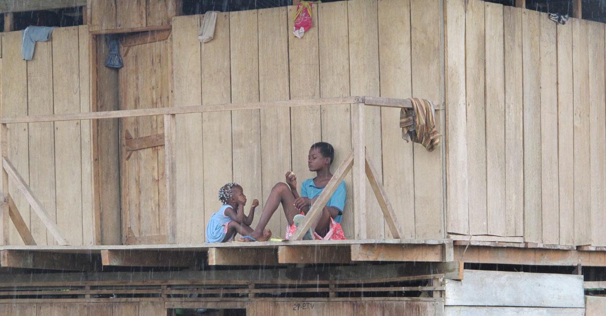 Översvämningar under 2010 och 2011 drabbade samhällen i Chocó hårt, de är också starkt påverkade av den väpnade konflikten i området. Med stöd från ECHO, EU-kommissionens humanitära biståndsorgan, har vi under 2014 kunnat leverera nödhjälp till över 2500 personer, och krisplaner för de olika byarna för att bättre förbereda dem för nya översvämningar. Foto: Martin Sjögren /IKON