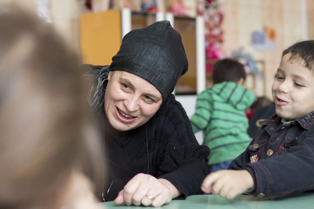 Läraren Felicia med skolbarnen. Foto: Gustaf Hellsing /IKON