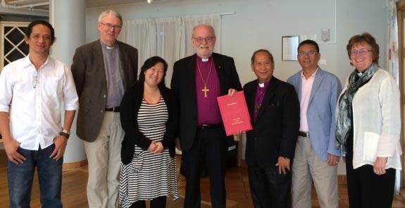 Biskop Sven-Bernhard Fast stod värd när den filippinska delegationen  besökte Visby stift. Foto: Fredrik Lautmann