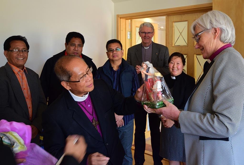 Ärkebiskop Maximo Ephraim S Fajutagana, IFI (den filippinska oberoende katolska kyrkan) överlämnar en gåva vid besöket hos ärkebiskop Antje Jackelén. I år firas 20 år av samverkan mellan de båda kyrkorna. Foto: Ewa Almqvist
