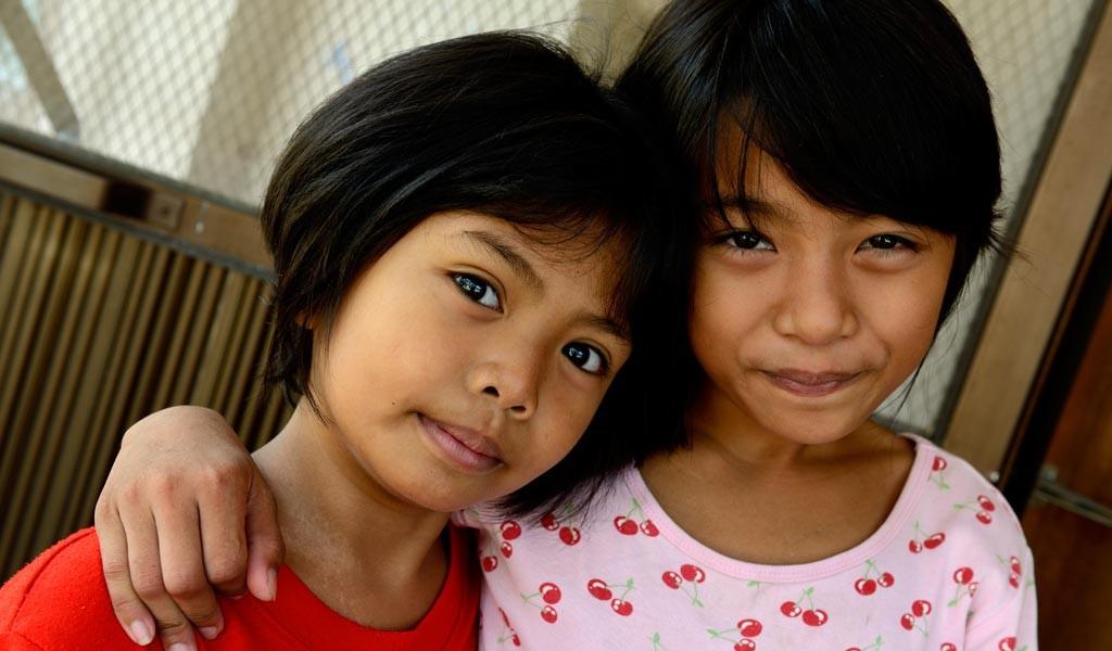 RoseMary och Evelyn, 9 år bor på Bahay Tuluyan. Foto: Magnus Aronson