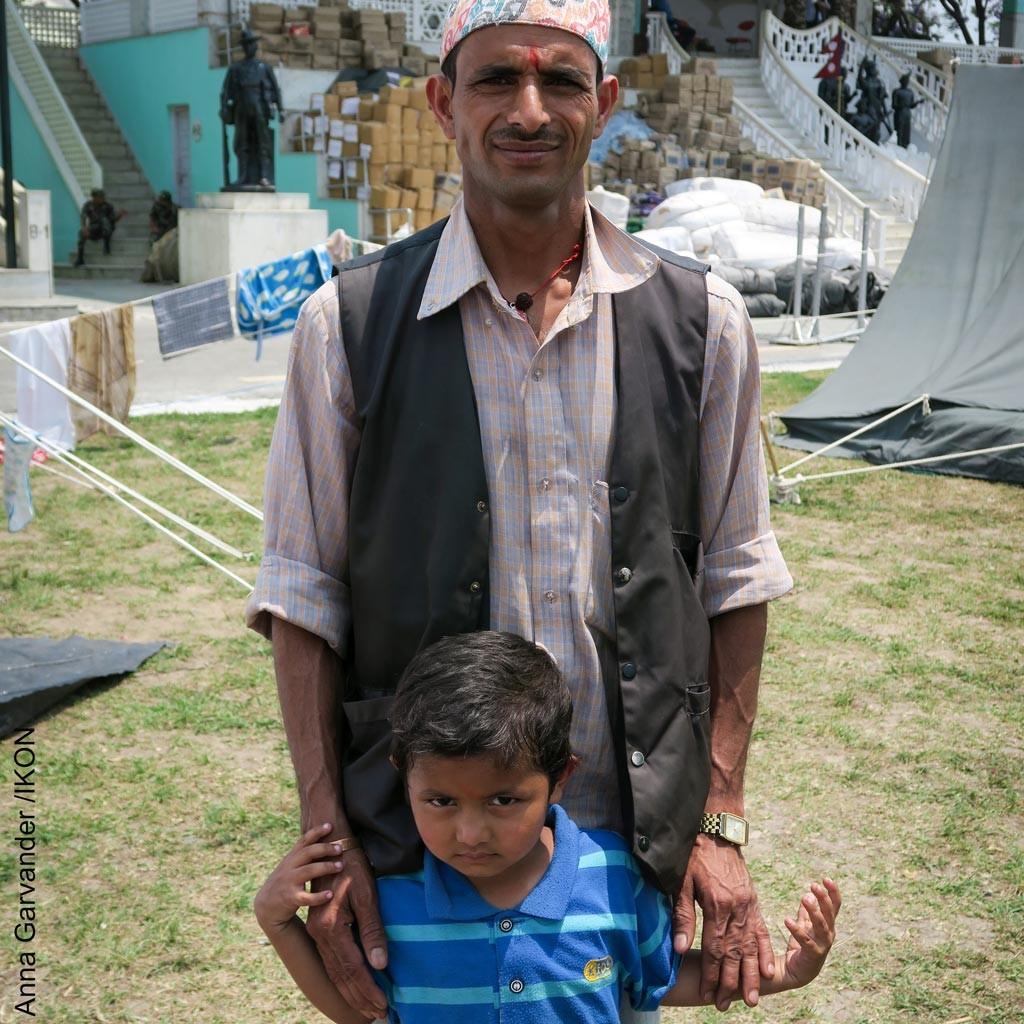 Neil Prasad Pausel tillsammans med sin son, 4, i lägret Tundikhel utanför Katmandu. Foto: Anna Garvander