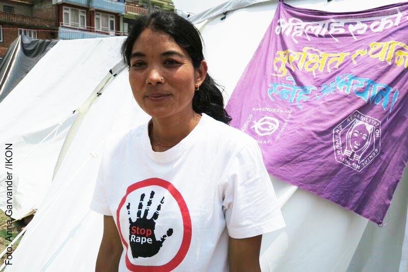 Kalpana Chaudhary, arbetar för Svenska kyrkans lokala partner inom ACT-alliansen, WOREC. Sedan jordbävningen arbetar WOREC bland annat barnverksamhet. Kalpana ansvarar för denna i lägret Harissidhi utanför Katmandu. I en katastrofsituation är det viktigt att barn blir sedda och får möjlighet till lek och aktivitet, som bidrar till en slags normalitet och trygghet i tillvaron. Foto: Anna Garvander