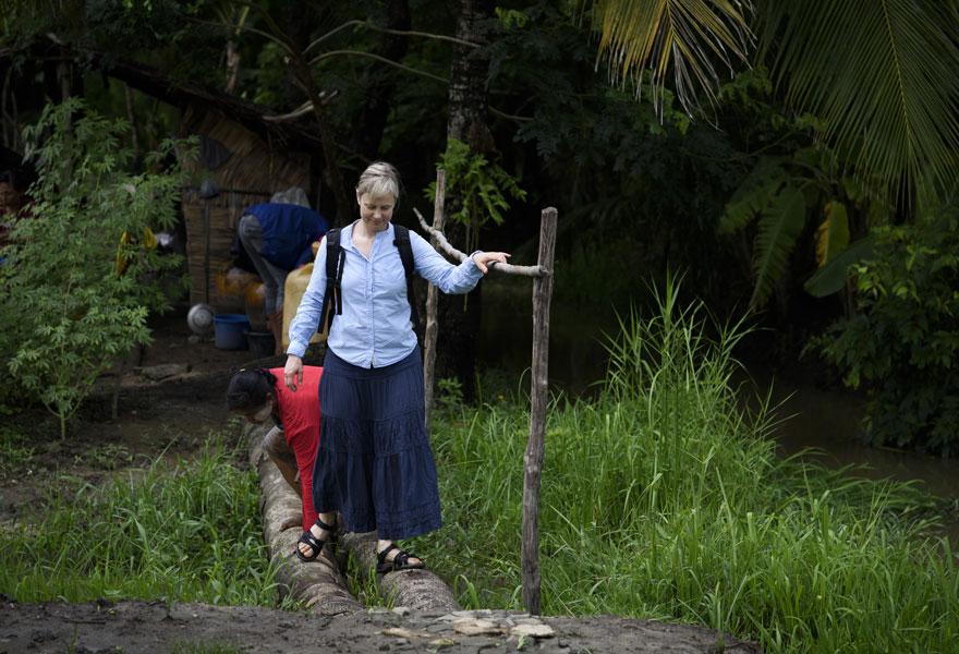 Sara Leijon var nyligen i Burma och träffade människor som genom enkla spar- och låneprogram utvecklar sitt samhälle. Foto: Magnus Aronson /IKON