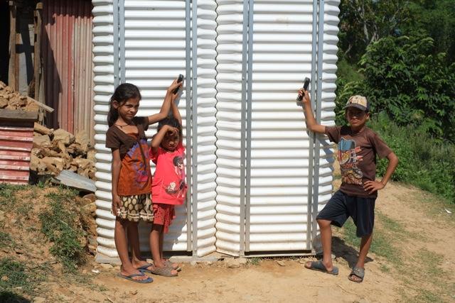 Många har inte hunnit bygga upp sina hus och egna toaletter. Latrinerna som nyligen kom på plats i byn Dhawa var efterlängtade. Foto: Peter Butor