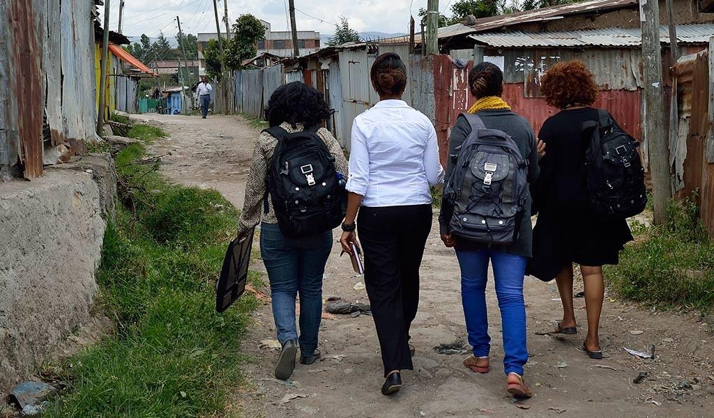 Ryggsäcken är som en symbol för mentormammorna och den den framgångsrika modellen. Nu jobbar vi tillsammans med Philani i Sydafrika på att replikera arbetet i andra länder. Här är mentormammor på väg i Addis i Etiopien. Foto: Magnus Aronson /IKON