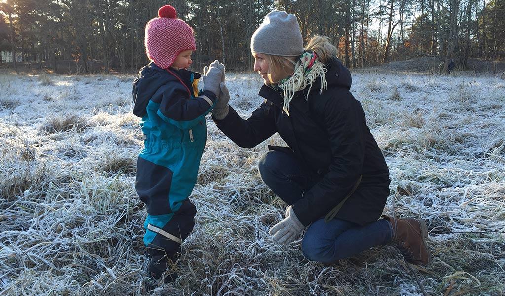 Carina Björnlund och hennes son gör high five för att fler barn ska få fylla fem. Foto: Privat