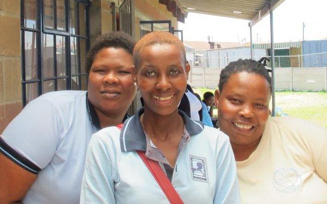 Mentormammorna Nolusindiso Ntsaba, Nomfundo Moni och Vuyelwa Salman får i sin yrkesutövning se människor komma ur fattigdomen och få ett bättre liv. Foto: Herman Hallonsten