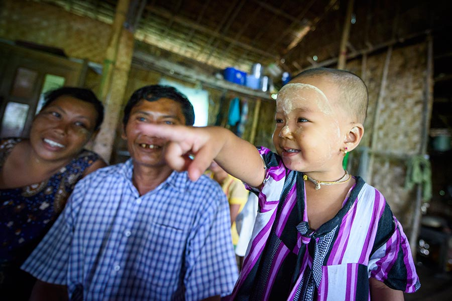 Ma Naing Naing och hennes man Ko Pin Maung hoppas att barnbarnet Khine Wut Hmone Kyaw ska få utbildning. Att nästa generation ska få det bättre. Foto: Magnus Aronson /IKON
